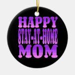 Ama de casa feliz en púrpura