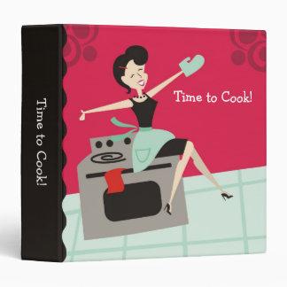 Ama de casa feliz que cocina la carpeta de la rece