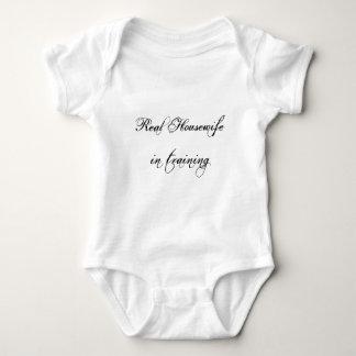 Ama de casa real en enredadera del niño del camisas