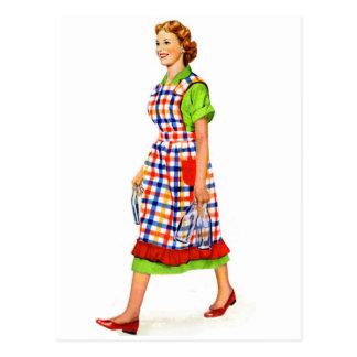 Ama de casa retra de la mujer de los suburbios del tarjetas postales