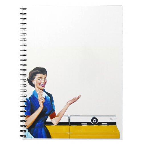 Ama de casa retra divertida con la lavadora spiral notebook