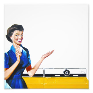 Ama de casa retra divertida con la lavadora fotografías
