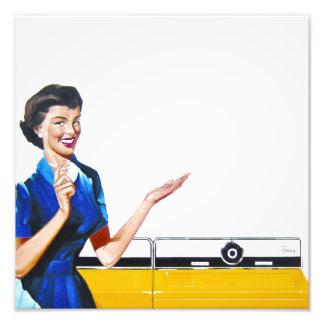 Ama de casa retra divertida con la lavadora impresiones fotográficas
