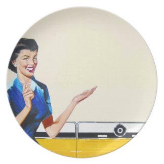 Ama de casa retra divertida con la lavadora plato de comida