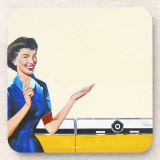 Ama de casa retra divertida con la lavadora posavasos de bebida
