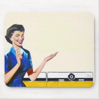 Ama de casa retra divertida con la lavadora tapete de ratones