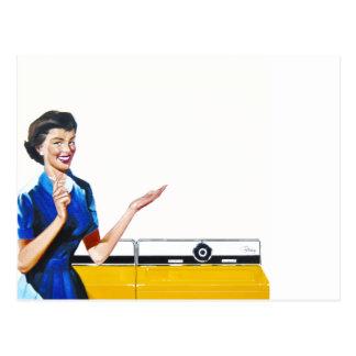 Ama de casa retra divertida con la lavadora postal