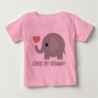 Amado por el elefante del corazón de Grammy Playera De Bebé