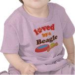 Amado por un beagle (raza del perro) camisetas