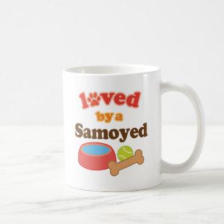 Amado por un samoyedo (raza del perro) taza básica blanca