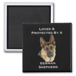 Amado y protegido por un pastor alemán imán cuadrado