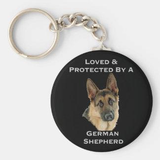 Amado y protegido por un pastor alemán llavero redondo tipo pin