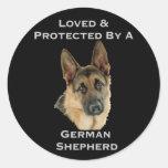 Amado y protegido por un pastor alemán etiqueta redonda