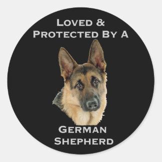 Amado y protegido por un pastor alemán pegatina redonda