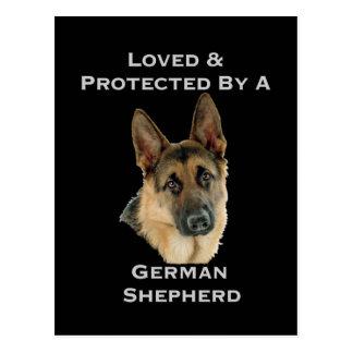 Amado y protegido por un pastor alemán postal