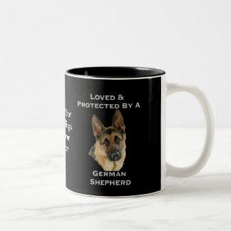 Amado y protegido por un pastor alemán taza de café de dos colores