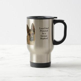 Amado y protegido por un pastor alemán taza de viaje