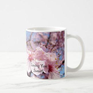 ¡Amándole dulce La taza de café asalta los flores