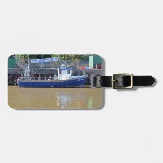 Amanecer del azul del barco del mar que pesca con etiquetas de equipaje