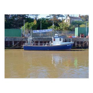 Amanecer del azul del barco del mar que pesca con postal