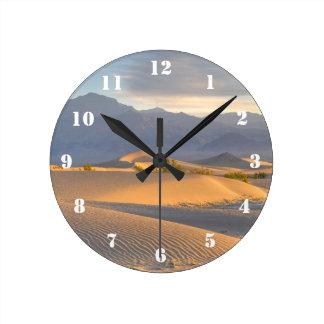 Amanecer del desierto reloj redondo mediano