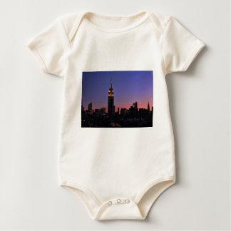 Amanecer: Empire State Building todavía encendido Body De Bebé