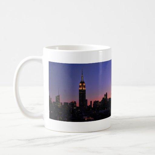 Amanecer: Empire State Building todavía encendido Taza Clásica