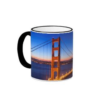 Amanecer sobre el puente de San Francisco y del Taza De Dos Colores