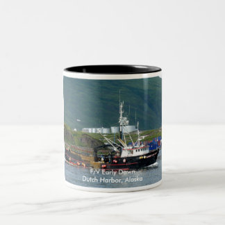 Amanecer temprano, barco del cangrejo en el puerto taza dos tonos