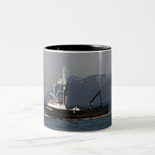 Amanecer temprano, barco del cangrejo en el puerto taza