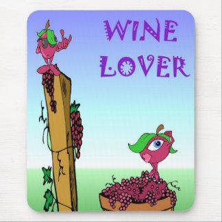 Amante del vino con las uvas alfombrillas de raton