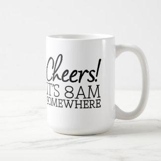 ¡Amante divertido del café - alegrías! Es 8am en Taza Básica Blanca