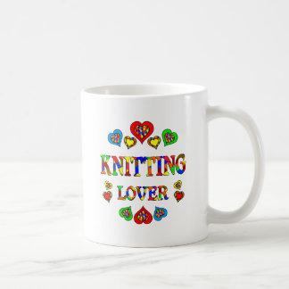 Amante que hace punto taza de café