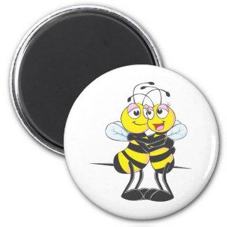 Amantes de encargo de la abeja que se abrazan imán redondo 5 cm