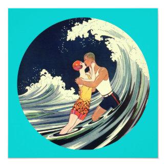 """Amantes de la persona que practica surf que besan invitación 5.25"""" x 5.25"""""""