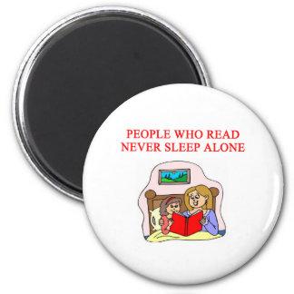amantes de libros y de la lectura imán redondo 5 cm