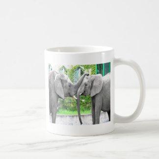 Amantes de los elefantes del beso y del abrazo del taza de café
