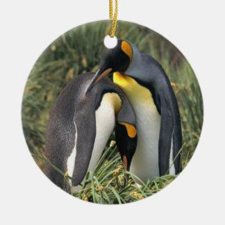 Amantes de los pingüinos de rey adorno navideño redondo de cerámica