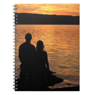 Amantes en el cuaderno del lago sunset