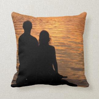 Amantes en el lago sunset cojín