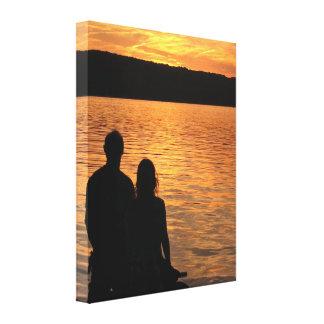 Amantes en el lago sunset impresión en lienzo estirada