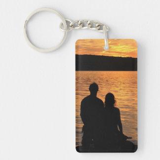 Amantes en el lago sunset llavero rectangular acrílico a doble cara