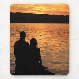 Amantes en el lago sunset mousepad