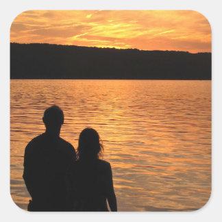 Amantes en el lago sunset pegatina cuadrada