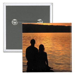 Amantes en el lago sunset pin cuadrado