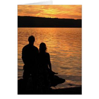 Amantes en el lago sunset tarjeta de felicitación