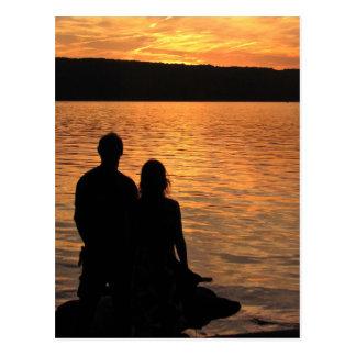 Amantes en el lago sunset tarjeta postal