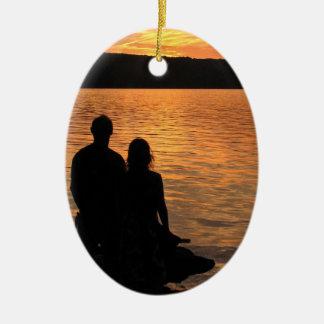 Amantes en el ornamento del lago sunset adorno ovalado de cerámica