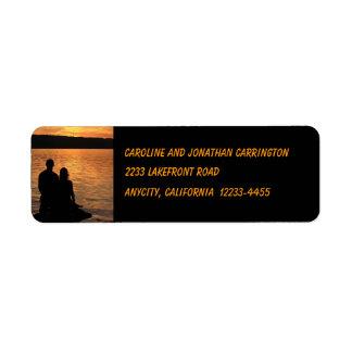 Amantes en el remite del lago sunset etiqueta de remite