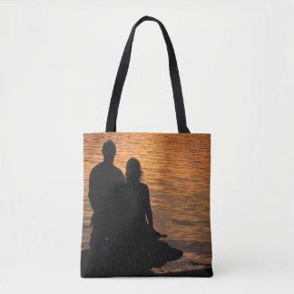 Amantes en la bolsa de asas anaranjada del lago